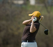 Vue de côté de golfeur féminin photos libres de droits