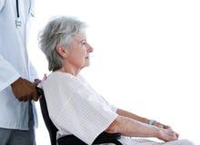 Vue de côté de patient aîné songeur dans le fauteuil roulant Photographie stock