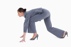 Vue de côté de tradeswoman en position sprinting image stock