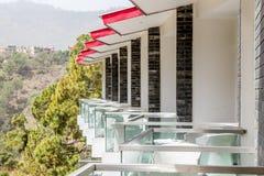 Vue de côté des balcons d'une station de vacances images stock