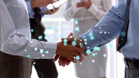 Vue de côté des hommes d'affaires serrant la main aux bulles légères bleues de scintillement dans le premier plan banque de vidéos
