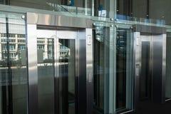 Vue de côté de deux ascenseurs dans un lieu de travail images libres de droits