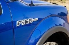 Vue de côté deux du camion F150 bleu image stock
