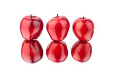 Vue de côté différente de pommes rouges sur la fin d'isolement par fond blanc vers le haut du macro photographie stock libre de droits