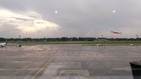 Vue de côté du décollage d'avion de ligne banque de vidéos