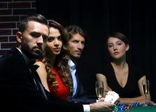 Vue de côté du groupe de personnes jouant le tisonnier ensemble dans le casino Photographie stock libre de droits