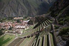 Vue de côté du site archéologique dans Ollantaytambo, Pérou photographie stock