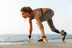 Vue de côté de femme handicapée d'athlète avec la jambe prosthétique image libre de droits