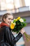 vue de côté de femme heureuse photographie stock libre de droits