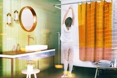 Vue de côté intérieure de salle de bains verte, femme Photos stock