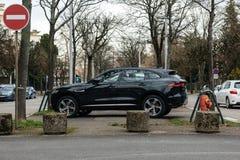 Vue de côté de jeep de type x de luxe de Jaguar SUV Images stock