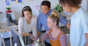 Vue de côté de jeunes hommes d'affaires de métis travaillant sur le PC de bureau au bureau dans le bureau moderne 4k clips vidéos