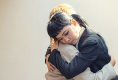Vue de côté de l'embrassement triste de deux amis Photos stock