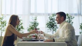 Vue de côté de l'homme bel affectueux proposant à la belle amie, alors donnant sa bague de fiançailles et boire banque de vidéos