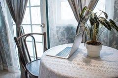 Vue de côté de l'ordinateur sur la table en bois près de la fenêtre photo stock