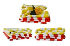 Vue de côté de la serviette rayée rouge lumineuse d'isolement sur le fond blanc avec le chemin de coupure Pour le web design ou l Image libre de droits