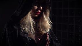 Vue de côté de la sorcière de sorcière dans un cap noir, mouvement lent banque de vidéos