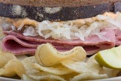 Vue de côté proche d'un sandwich à Reuben photos stock