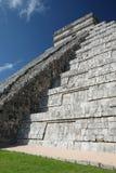 vue de côté de pyramide d'El Castillo au site archéologique de Chichen Itza, Mexique photo libre de droits