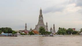 Vue de côté de rivière de laps de temps de Wat Arun Ratchawararam Ratchawaramahawihan banque de vidéos