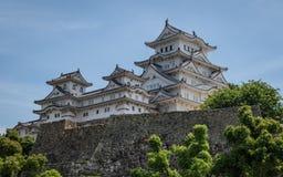 Vue de côté sur le château de Himeji un jour clair et ensoleillé avec beaucoup de verts autour Himeji, Hyogo, Japon, Asie image stock