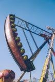 Vue de côté de Viking Funfair Ride en parc d'attractions sous le ciel bleu clair photo stock