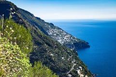 Vue de côte d'Amalfi le long le du chemin des dieux images libres de droits