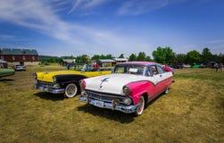 Vue de côté avant et étonnante de rétros voitures de vintage classique avec des personnes à l'arrière-plan Photo libre de droits