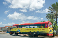 Vue de côté avant et d'autobus brillamment peint de Loko images stock