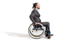 Vue de côté d'homme d'affaires handicapé de sourire dans le fauteuil roulant Image stock