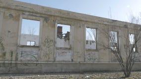 Vue de côté d'un bâtiment abandonné banque de vidéos