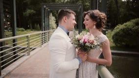 Vue de côté d'un beau couple affectueux leur jour du mariage Jeune mariée dans une robe de mariage blanche, marié dans une robe s clips vidéos