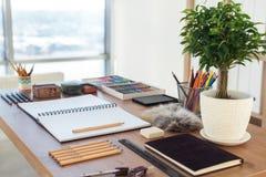 Vue de côté d'un espace de travail de peintre Le bureau en bois avec les outils artistiques s'est préparé au dessin en pastel Photographie stock