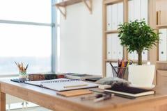 Vue de côté d'un espace de travail de peintre Le bureau en bois avec les outils artistiques s'est préparé au dessin en pastel Photo stock