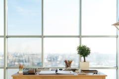 Vue de côté d'un espace de travail de peintre Le bureau en bois avec les outils artistiques s'est préparé au dessin en pastel Photos stock