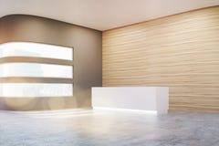 Vue de côté d'un hall vide de bureau avec les murs en bois et gris et le plancher en béton Photo stock
