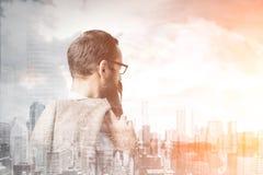 Vue de côté d'un homme d'affaires dans une ville, modifiée la tonalité Photo stock