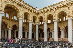 Vue de côté d'un palais antique de Thirumalai Nayak avec des personnes, des sculptures et des piliers, Madurai, Tamil Nadu, Inde, Images libres de droits