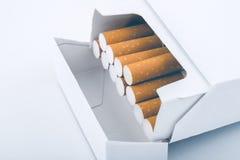 Vue de côté d'un paquet de cigarettes photographie stock