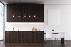 Vue de côté d'une cuisine avec les murs noirs, les meubles en bois foncés et les chaises blanches près d'une table de salle à man Photo libre de droits