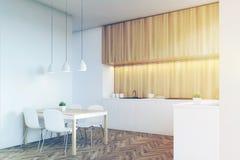 Vue de côté d'une partie supérieure du comptoir de cuisine avec les meubles en bois légers, tonne Photos stock
