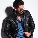 Vue de côté d'une pose modèle masculine de mode dramatique Photographie stock