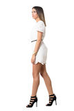 Vue de côté de beauté magnifique de mode dans la robe de dentelle marchant et regardant loin photos stock