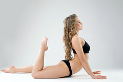 Vue de côté de belle femme exerçant des pilates Image stock