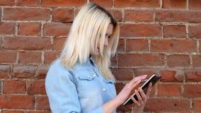 Vue de côté de belle jeune dame blonde dans le bleu banque de vidéos