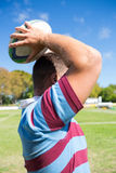 Vue de côté de boule de lancement de joueur de rugby au champ Photo stock
