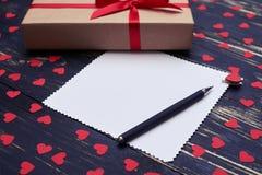 Vue de côté de carte de voeux avec le stylo et le boîte-cadeau Images stock