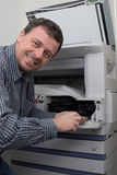 Vue de côté de cartouche de fixation d'homme d'affaires dans la machine à photocopier images libres de droits