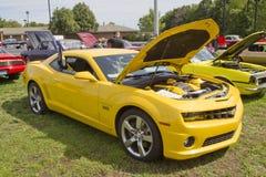 Vue de côté 2010 de Chevy Camaro de jaune Image stock
