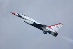 Vue de côté de F-16 de Thunderbird images stock